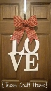 {Texas Craft House} Wondering how to make a bow? This blog has an easy way to make one - simple and step by step with pictures! Plus a great Valentine's wreath idea!