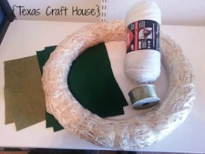 {Texas Craft House} St. Patrick's Day wreath using yarn and felt. Could adapt this idea for really any holiday.