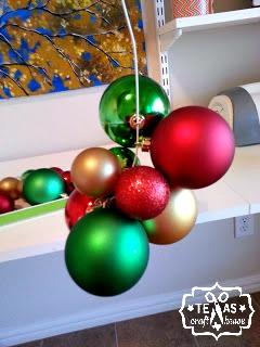{Texas Craft House} Easy DIY Christmas ornament wreath - no gluing involved!