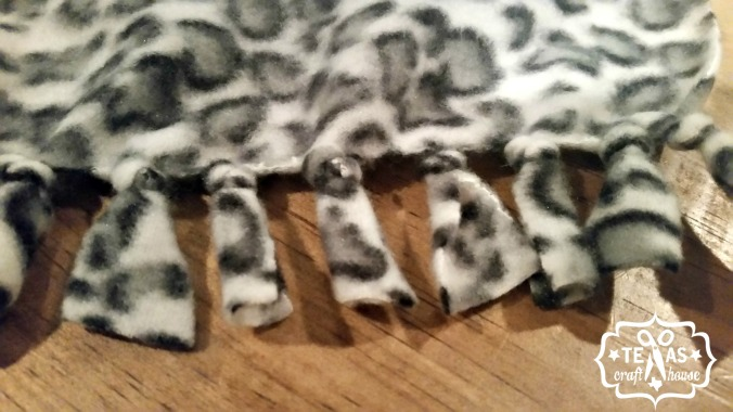 {Texas Craft House} No sew fleece scarves - great gift idea!